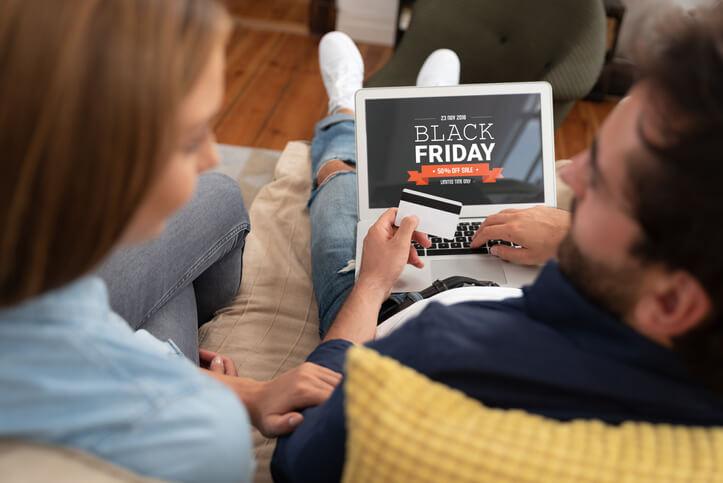 Imagem de casal realizando compras online na Black Friday