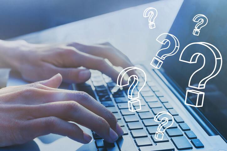 Imagem mostra pessoa usando computador com dúvidas
