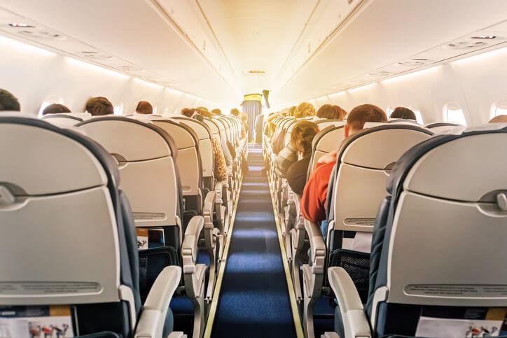Imagem mostra corredor interno do avião