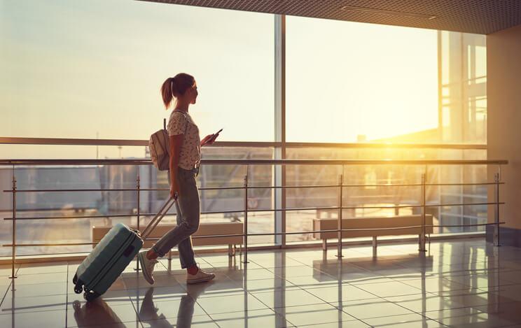 Imagem mostra mulher no aeroporto depois te utilizar minhas do novo programa de fidelidade da latam pass