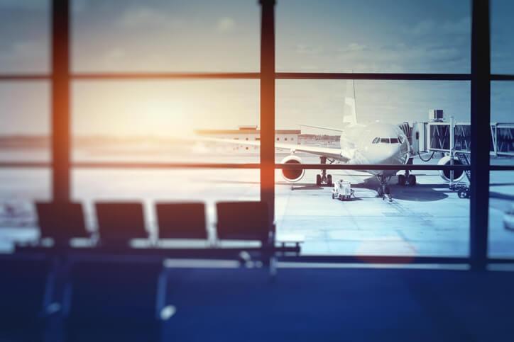 Imagem de avião parado em aeroporto