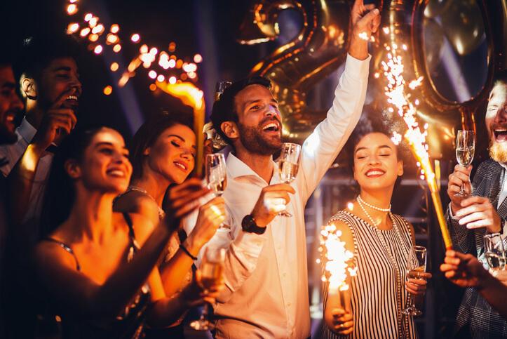 Imagem mostra amigos comemorando o ano novo
