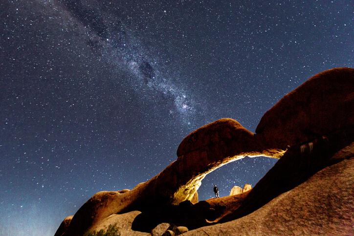 Imagem de céu estrelado na Namíbia.