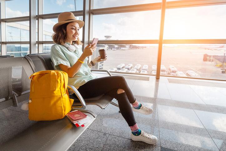 Imagem de mulher no aeroporto feliz