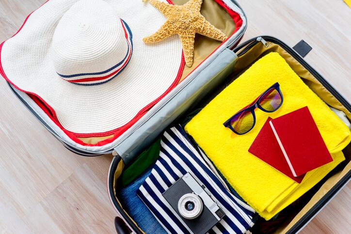Imagem de mala com itens de viagem