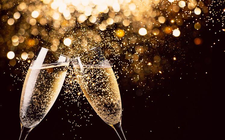 Imagem de taças brindando o ano novo