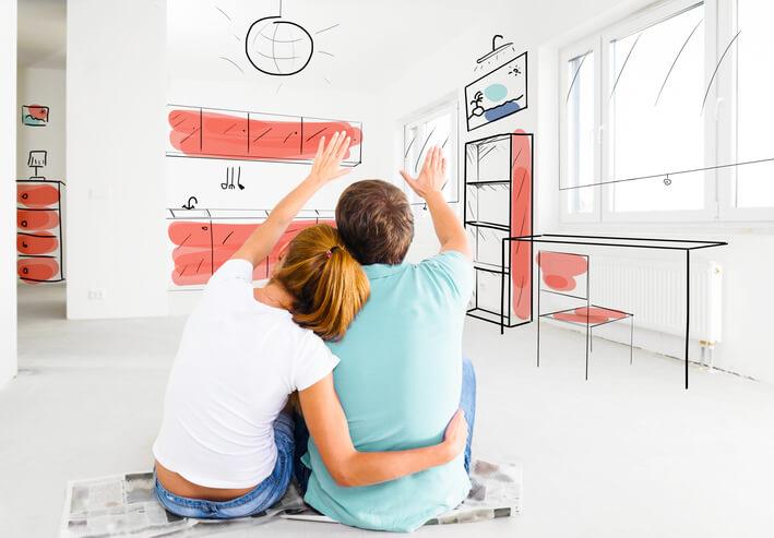 Imagem mostra casal fazendo planejamento para redecorar a casa