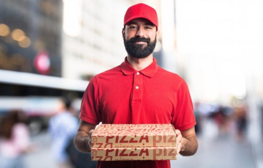 Homem entregando delivery.